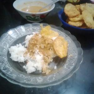 Nasi pecel dan lauk tempe goreng tepung